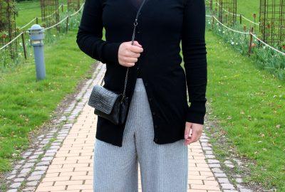 På iscafé i culotte bukser